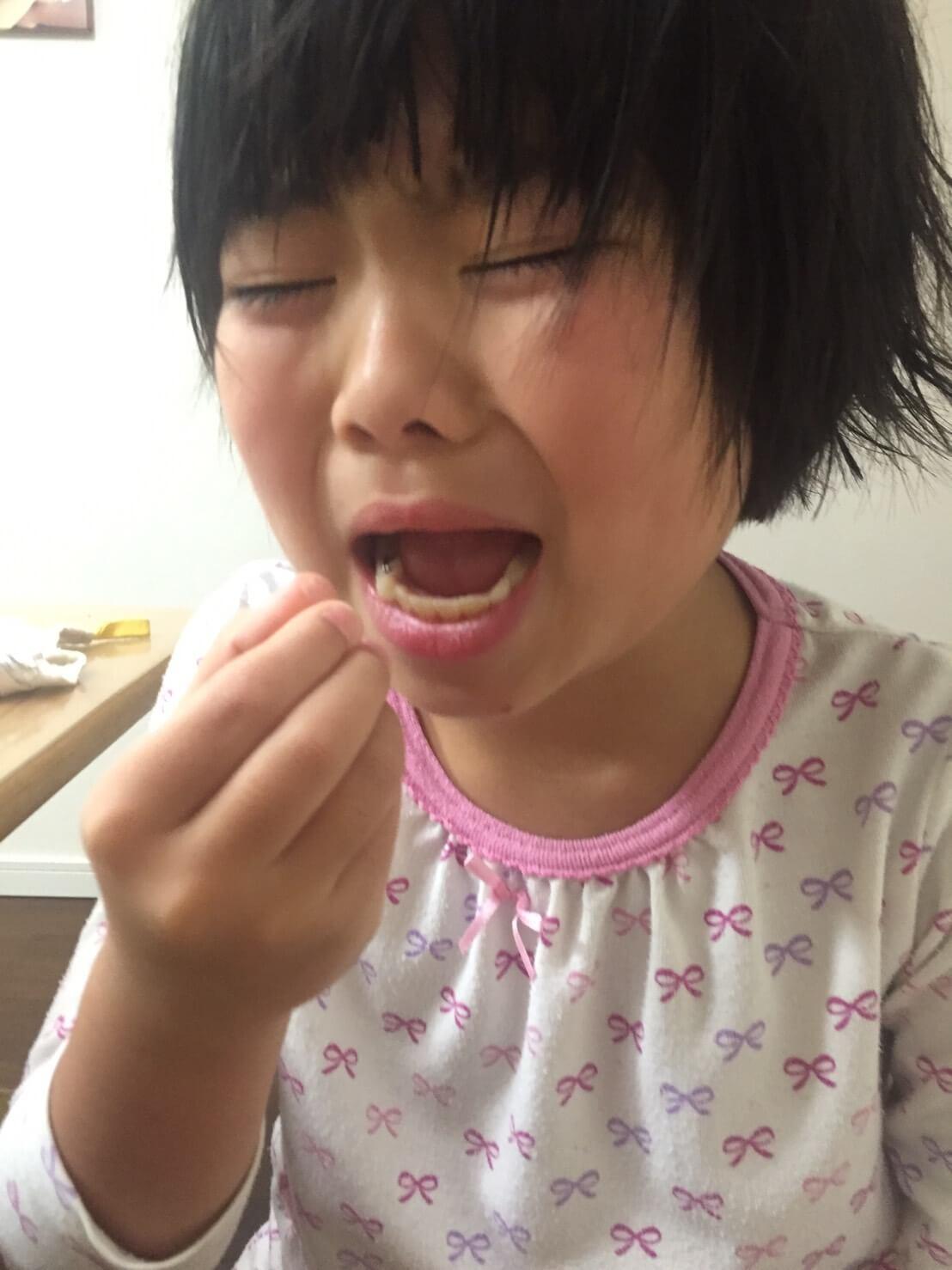 いまだ錠剤が飲み込めず、かみ砕いて飲む娘の苦痛の涙
