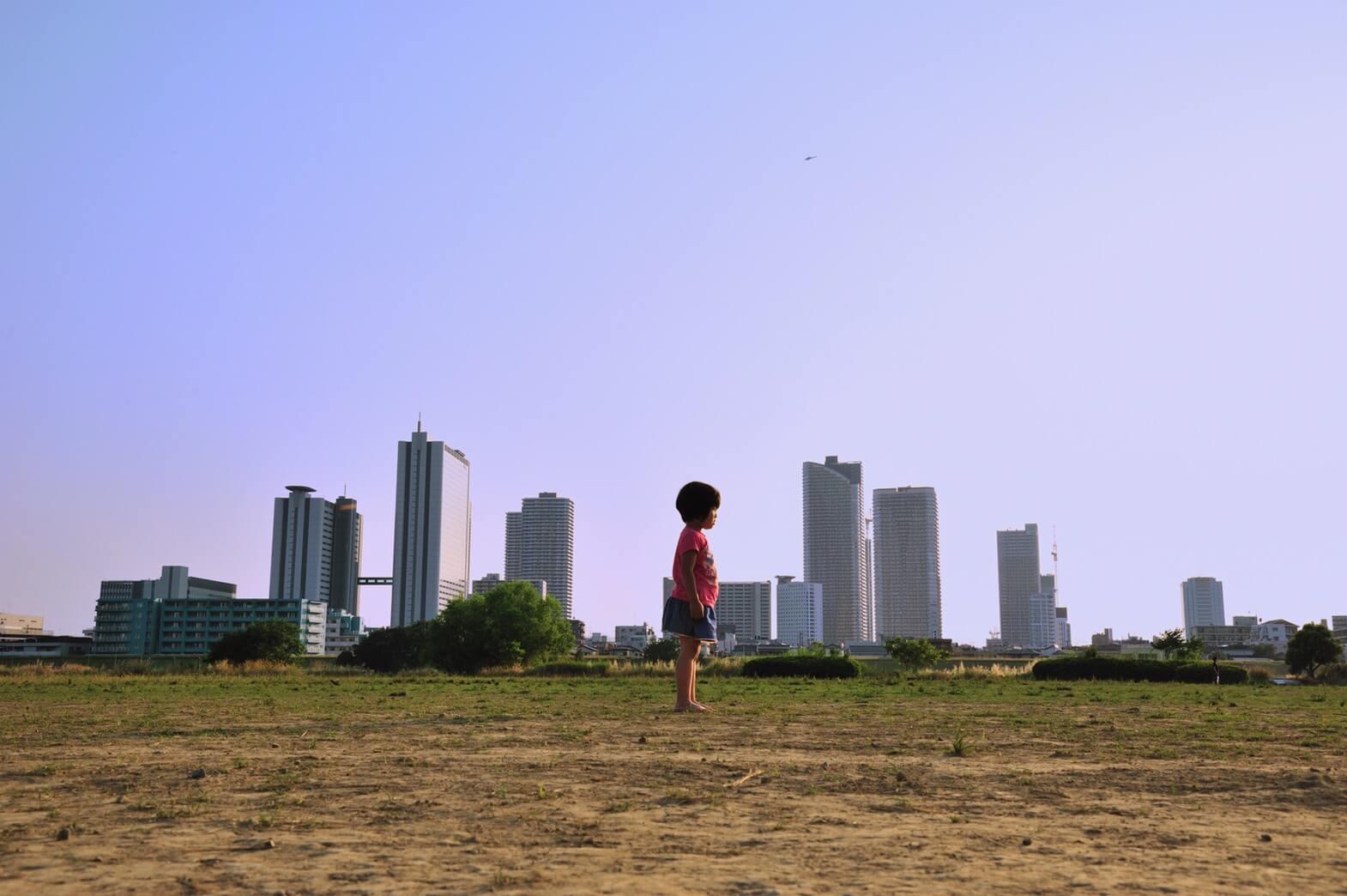 武蔵小杉の高層マンションと背くらべしているような写真